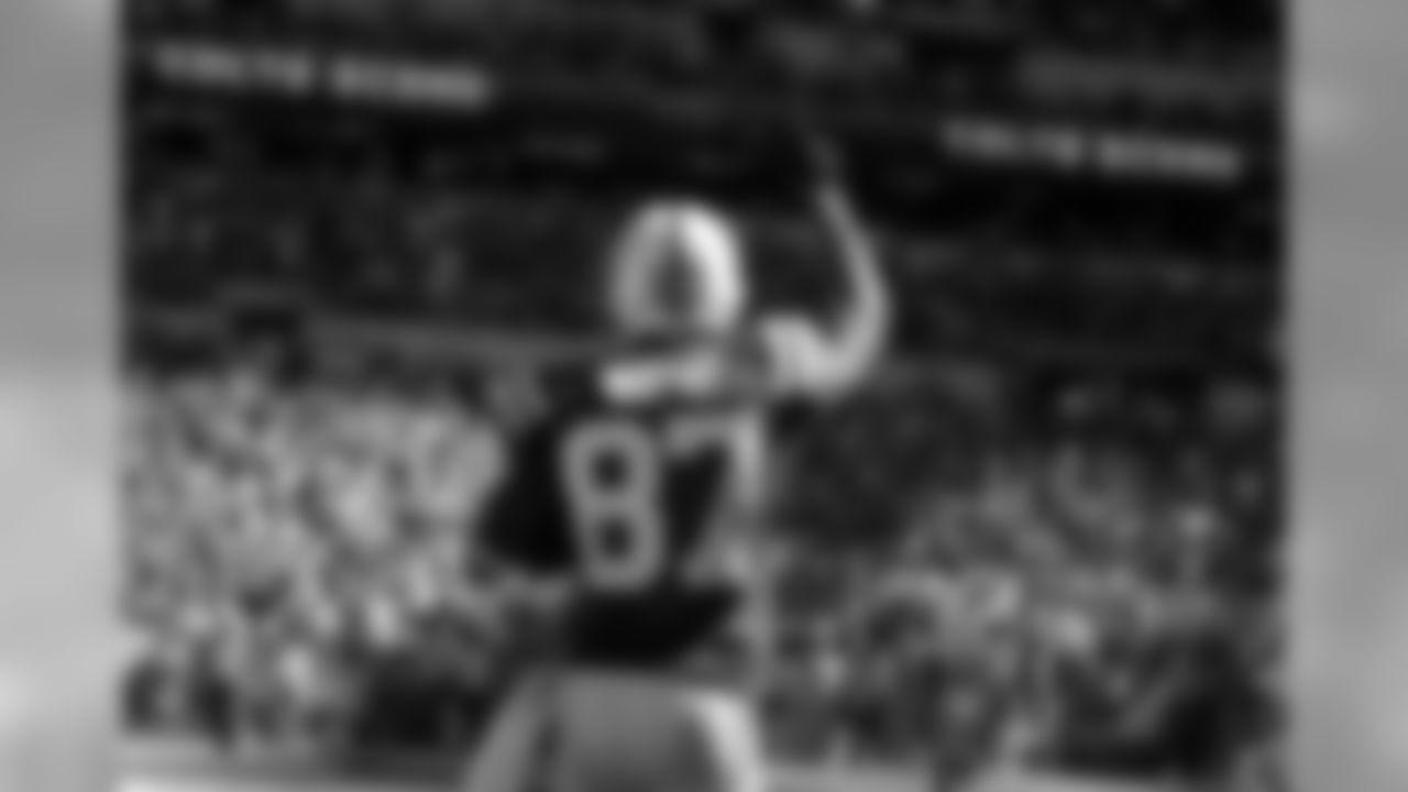 Reggie Wayne, de los Colts de Indianápolis, celebra luego de anotar frente a los Titans de Tennessee, en la segunda mitad del encuentro del domingo 28 de septiembre de 2014 (AP Foto/Darron Cummings)