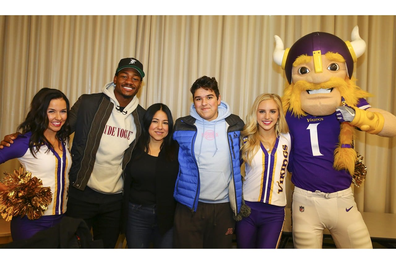 Diggs Delivers Early Christmas Gifts at U of M Children\'s Hospital