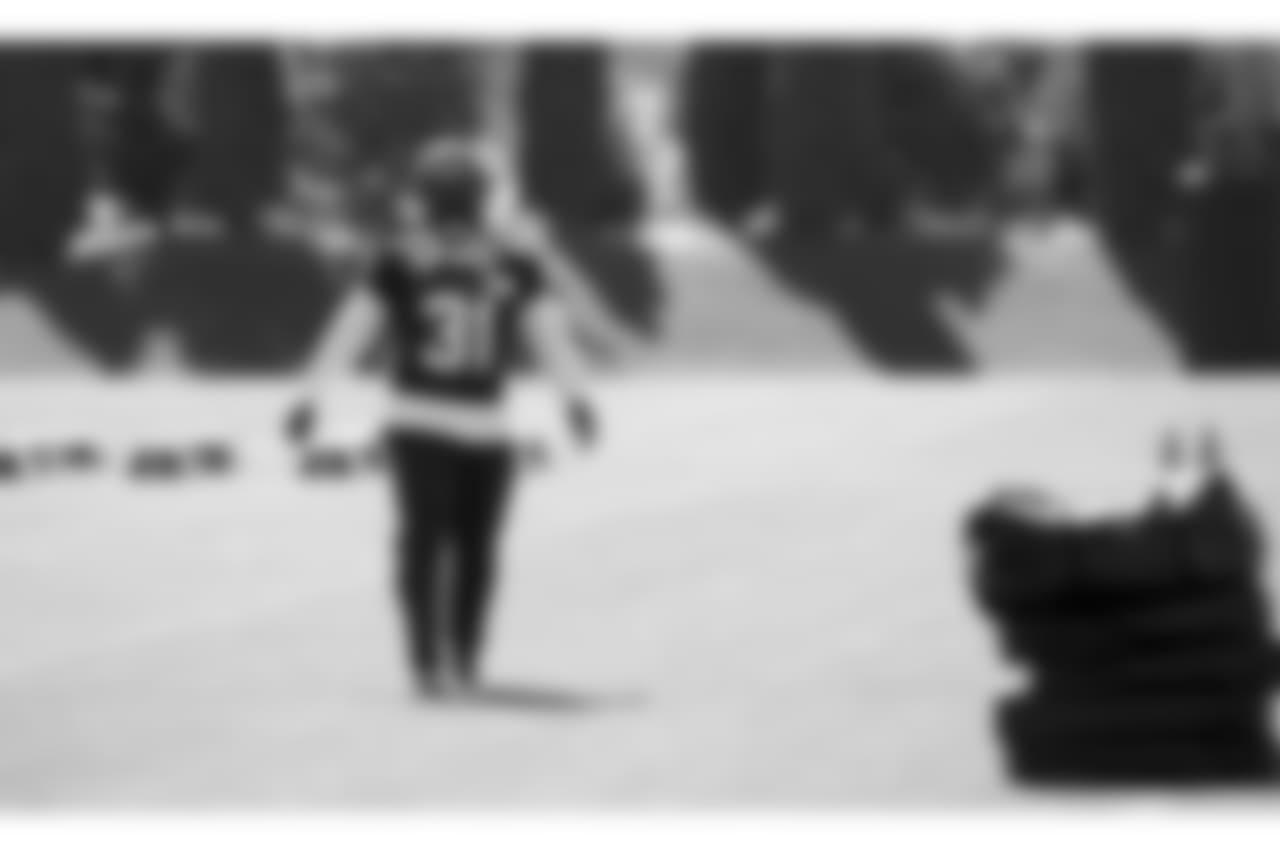 Seahawks Running Back Marshawn Lynch Wears Strong Safety Kam ... c2f7b88e2