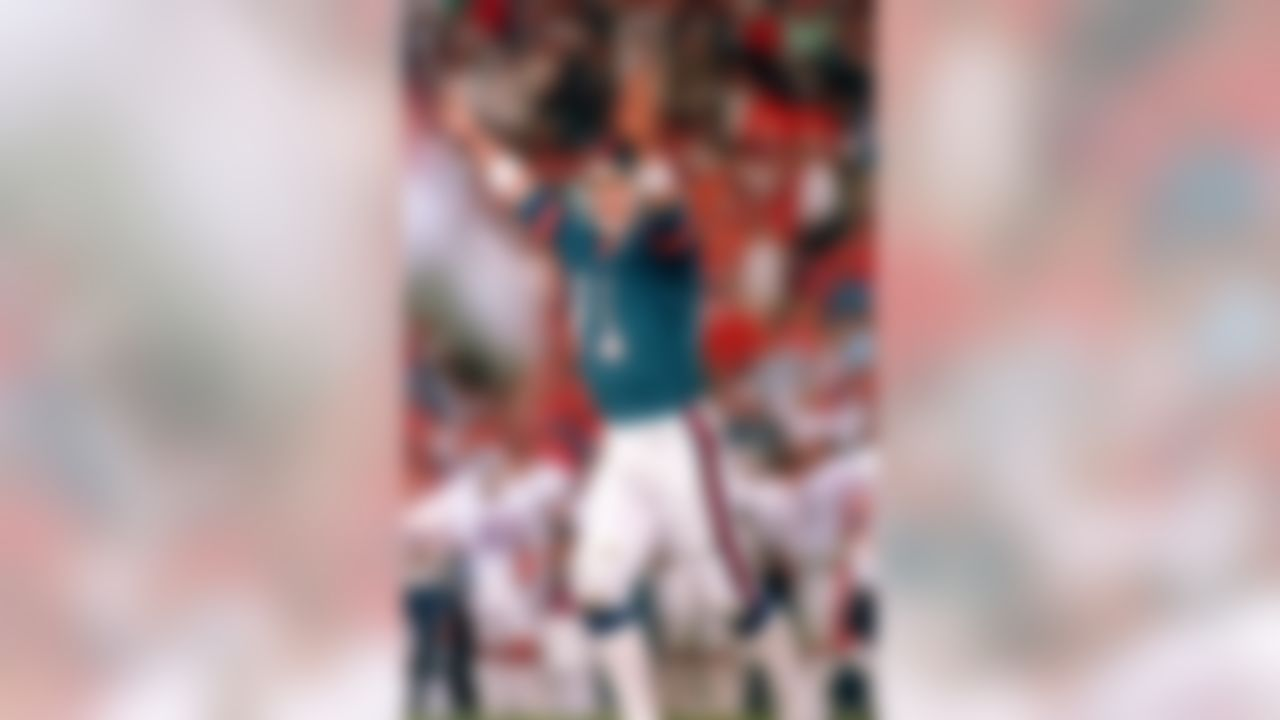 New York Giants quarterback Phil Simms (11) reacts after throwing a touchdown pass to Mark Bavaro to put the Giants ahead 15-10 in third quarter of Super Bowl XXI game in Pasadena, Ca., Sunday, Jan. 25, 1987.  The Giants defeated the Denver Broncos, 39-20.  (AP Photo/Amy Sancetta)