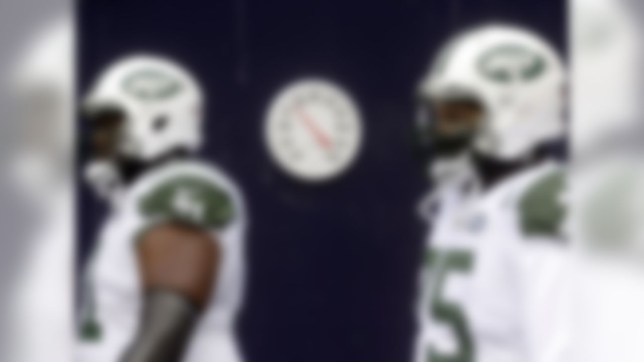 A thermometer in the runway displays a temperature in the teens as New York Jets tackle Ben Ijalana (71) and defensive end Xavier Cooper (75) take the field for an NFL football game against the New England Patriots, Sunday, Dec. 31, 2017, in Foxborough, Mass.