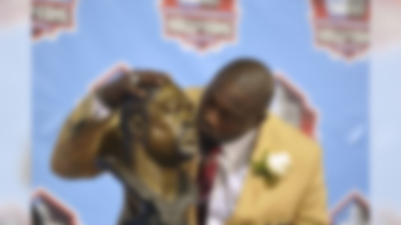 Hall of Fame inductee Warren Sapp kisses his bust during the 2013 Pro Football Hall of Fame Induction Ceremony Saturday, Aug. 3, 2013, in Canton, Ohio. (AP Photo/David Richard)