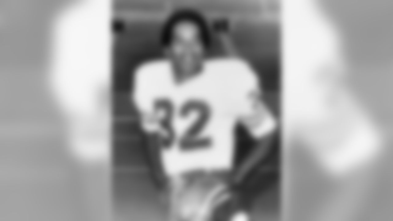Buffalo Bills running back O.J. Simpson (32), inducted into the Pro Football Hall of Fame class of 1985, in 1974. (National Football League)