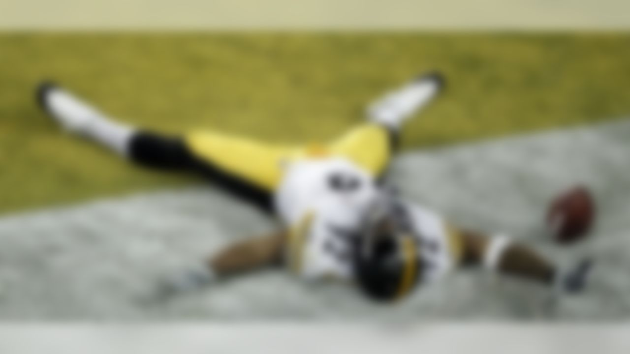 Pittsburgh Steelers linebacker James Harrison celebrates after scoring a 100-yard touchdown interception against the Arizona Cardinals during the second quarter of the NFL Super Bowl XLIII football game, Sunday, Feb. 1, 2009, in Tampa, Fla. (AP Photo/Charlie Riedel)