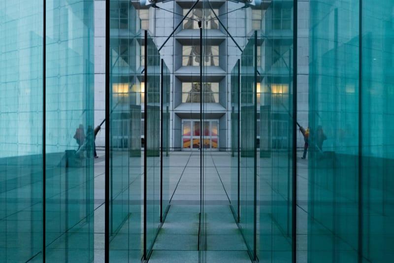 Des reflets dans plusieurs vitres parallèles