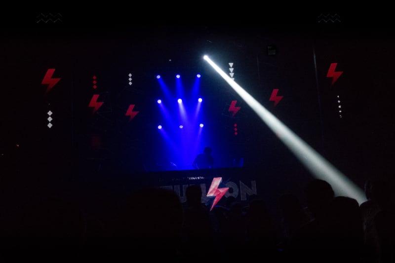 Un DJ mixe dans une boîte de nuit