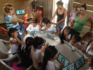 Les enfants et le kombook dans la bibliothèque mobile