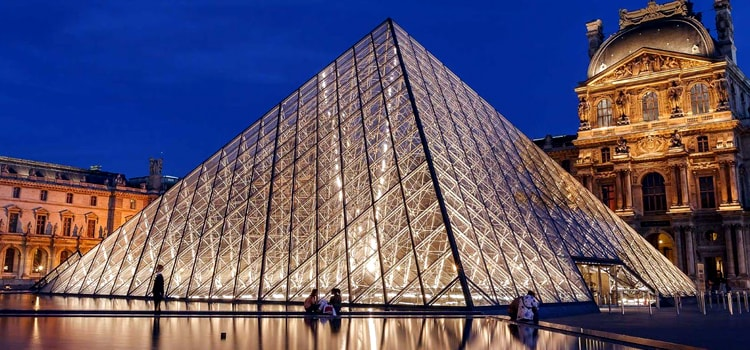 france-stunning-glass -pyramid-at-louvre