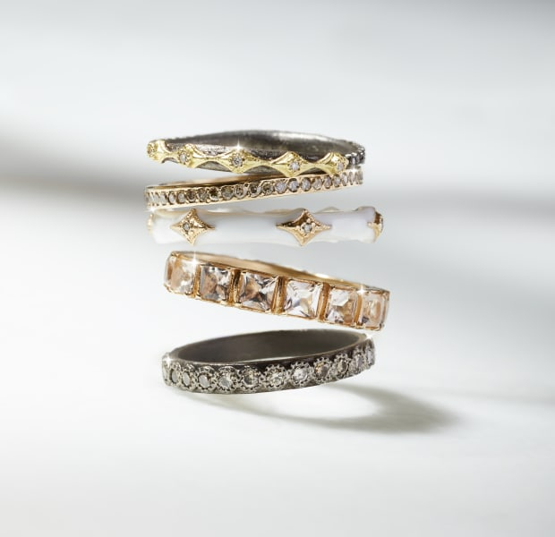 BLACK RIGGED RING WITH GOLD DETAIL|GOLD SPARKLE THIN RING|WHITE RING WITH GOLD DETAIL|GOLD RING WITH SQUARE DIAMONDS|BLACK CIRCULAR RING