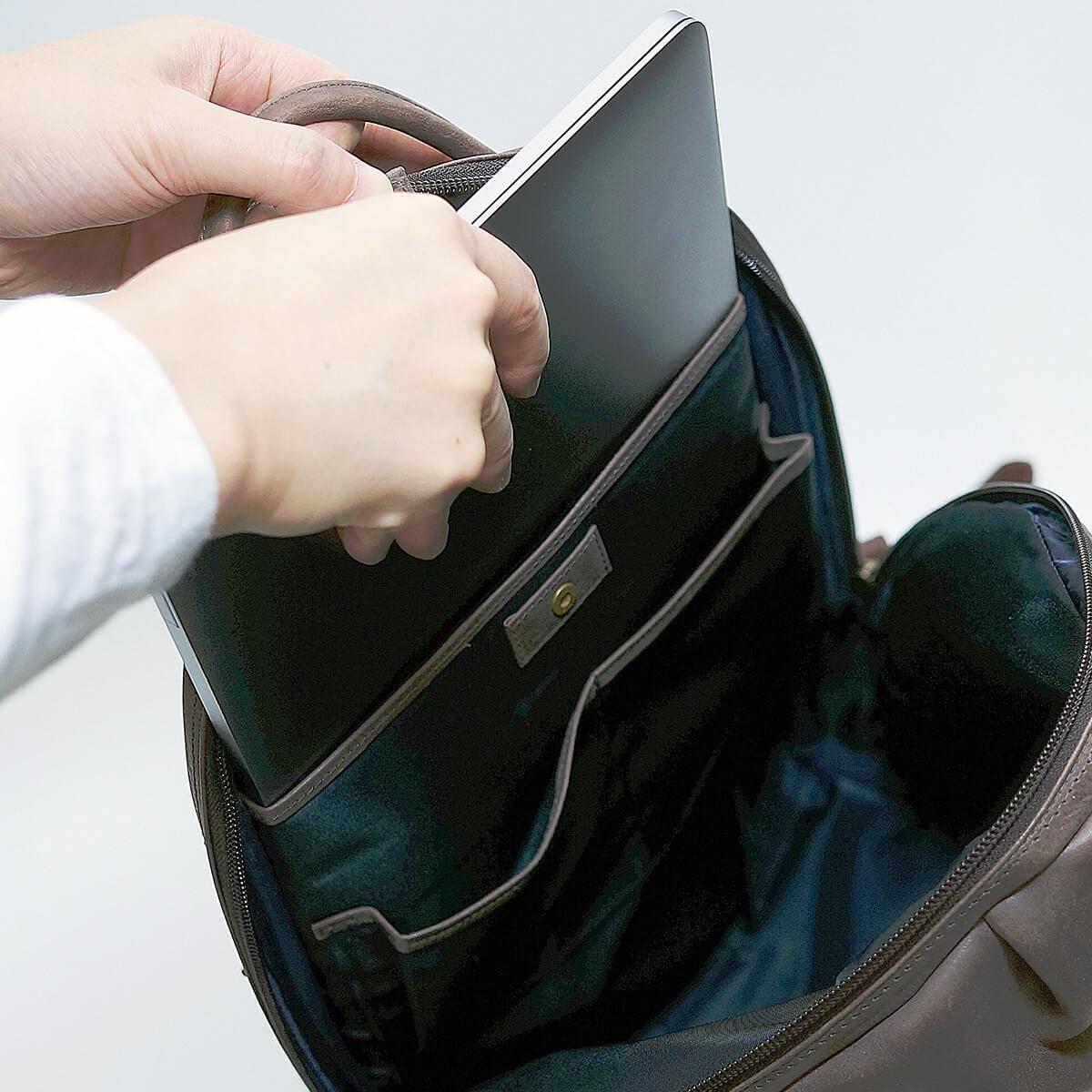 PCが入る背面のポケット