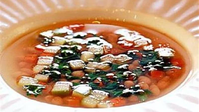 Hvit bønnesuppe med grønnkål, rotgrønnsaker og syrlige epler
