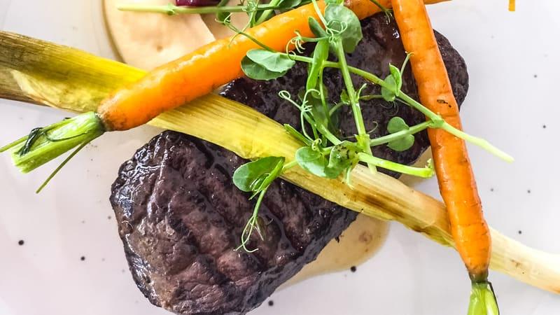Hvalbiff med ovnsbakte grønnsaker og urtesaus på Nýr