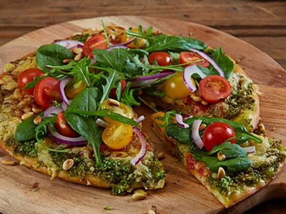 Pizza med pesto og salat