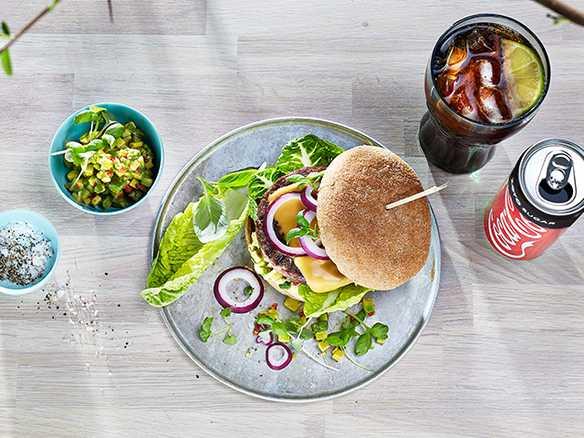 Burger med chunky guacamole, hjertesalat og cheddarost