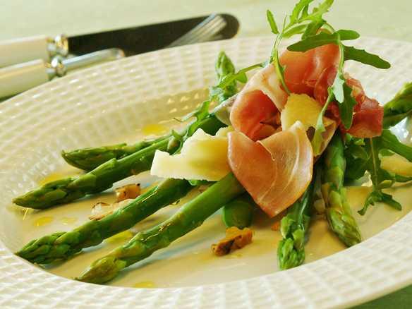 Asparges med skinke og parmesan