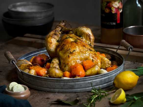 Helstekt kylling med urtesmør, ovnsbakte grønnsaker og eplesirup