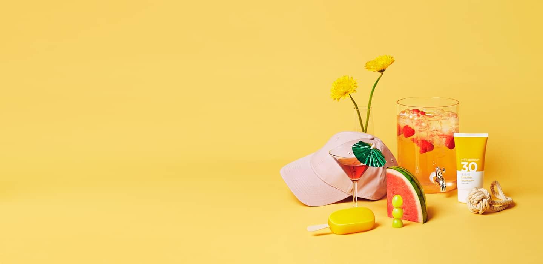 Klynge av sommereffekter som caps, blomster og melon på gul bakgrunn