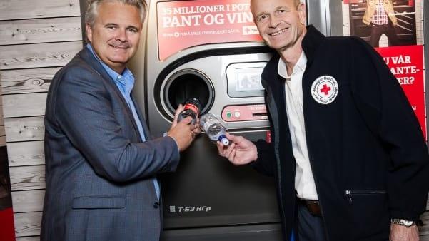Ole Fjeldheim, SPAR (t.v.), og Sven Mollekleiv, Røde Kors, i samarbeid ved panteautomaten i SPAR.