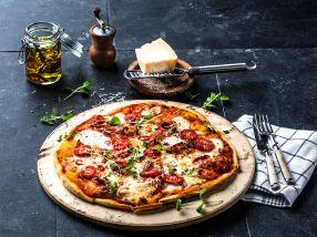Hjemmelaget italiensk pizza med bacon
