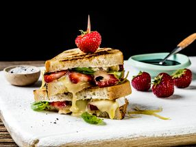 Ostesmørbrød med økologisk brie, jordbær og basilikum