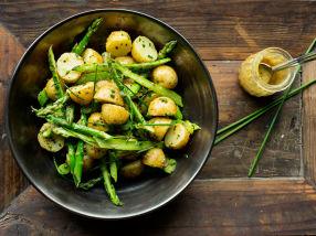 Nypotet- og aspargessalat