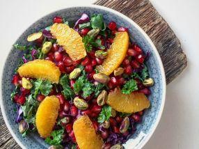 Salat med grønnkål, rødkål, granateple, appelsin og pistasjnøtter