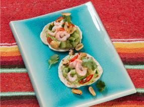 Små reketacos med grønn salsa, agurk- og chilisalat