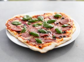 Pizza rosso med salsiccia og oliven