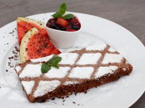 Grillet sjokoladekake med grillede bær og vannmelon