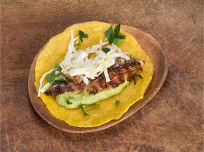 Grillet makrelltaco med coleslaw og lime.