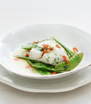 Lettsaltet torsk og sukkererter i folie med dill- og chilismør