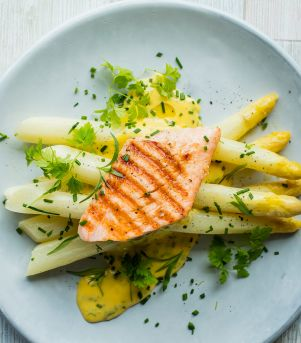 Glaserte asparges med grillet laks og urte-hollandaise