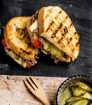 Cubansk ostesmørbrød med Sveitser, pulled pork og sylteagurk