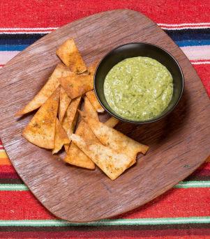 Nachos med grønn salsa og lime