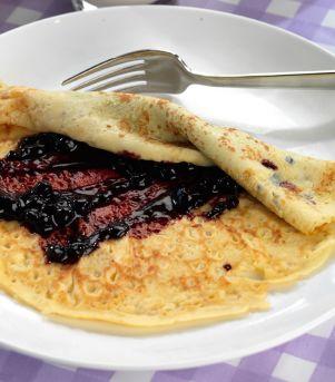 Pannekaker med rørte bær