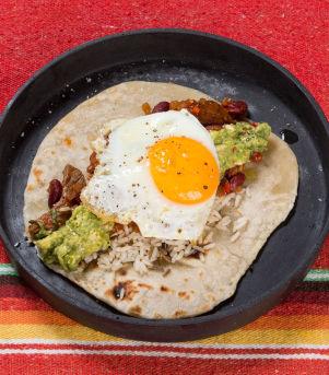 Wrap chili con carne med stekt egg og ris