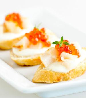Bruschetta med kamskjell og kaviar