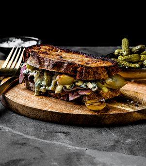 Ostesmørbrød med blåmuggost, roastbiff, småløk og sennep