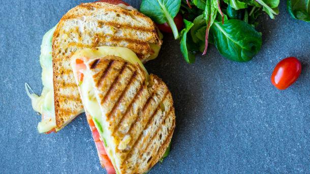 Varm sandwich med tomat, avokado og ost