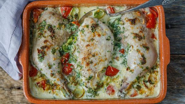 Parmesanbakt kylling med urter, tomat og fløte