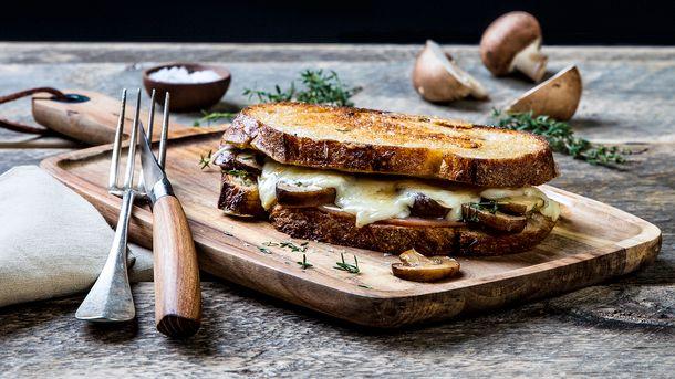Ostesmørbrød med hvit geitost, sopp, fikenmarmelade og skinke