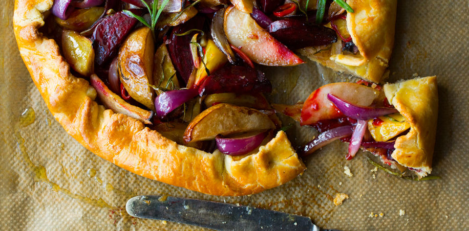 Rustikk terte med beter, rødløk og pære