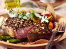 Kalveentrecôte og spede grønnsaker med urtesaus laget på Nyr