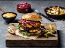 Hjemmelaget burger med bacon, cheddarost og rødløk