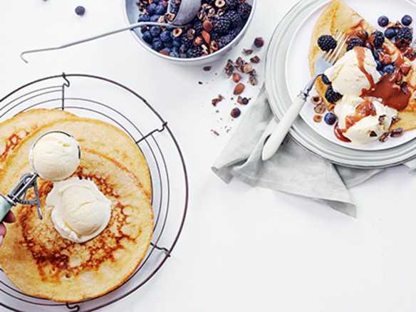 Pannekaker med vaniljeis og friske bær