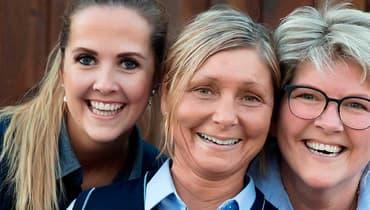 Tre ansatte hos Joker som smiler