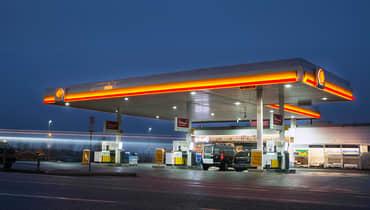Shell-stasjon i skumringen