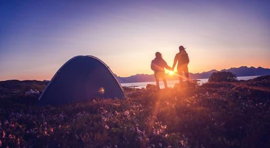 To personer på telttur i vakre omgivelser