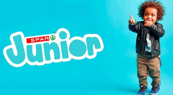 Liten gutt med en hånd i munnen og logo av SPAR junior
