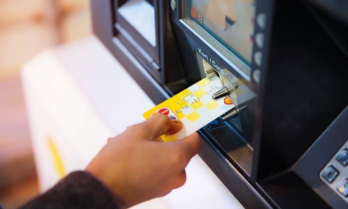 Håns dom stikker Shell MasterCard inn i minibank